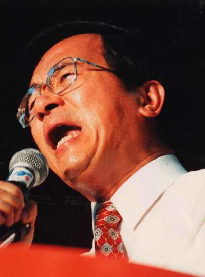 1998年台北市長選舉倒數計時,台北市長候選人陳水扁聲嘶力竭地打出告急搶救牌。 ...
