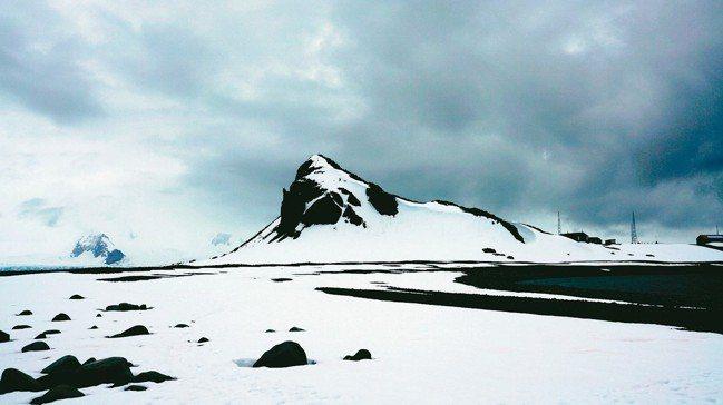 南極的蒼茫,天空有不同層次的灰。 圖/姚謙、大房小山提供