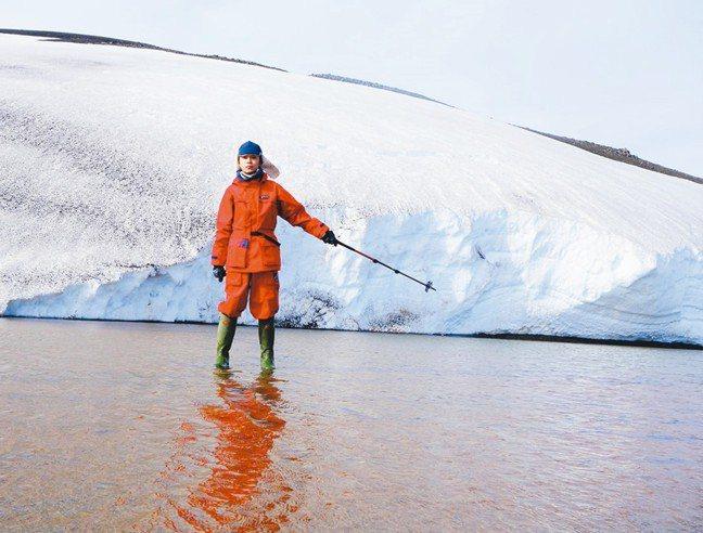 青峰在南極,這一身紅衣是依規定的裝備。 圖/姚謙、大房小山提供