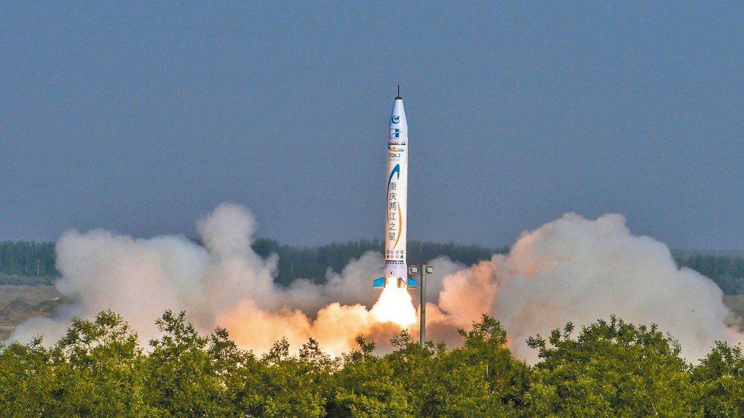 大陸零壹空間公司研發的「重慶兩江之星」火箭昨(17)日在大陸西北部某基地發射成功...