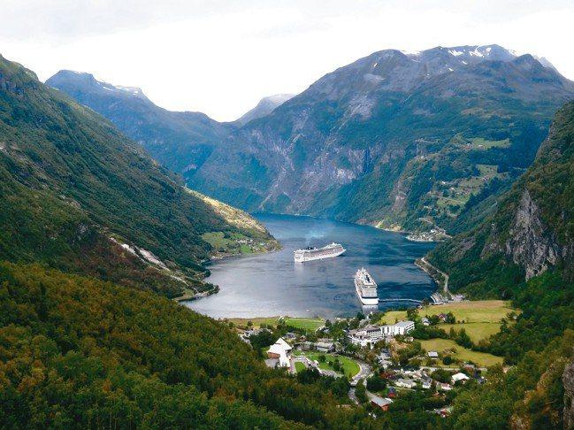 挪威地形狹長,搭乘遊輪可以前往陸地難以抵達的景點。