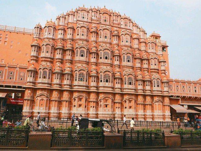 粉紅砂岩興築的「風之宮殿」,最大特色就是立面設有高達953扇窗戶。