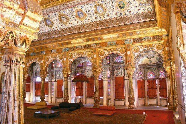 建於18世紀的「花之宮」(Phul Mahal),壁畫輝煌無比,耗去工匠十年以上...