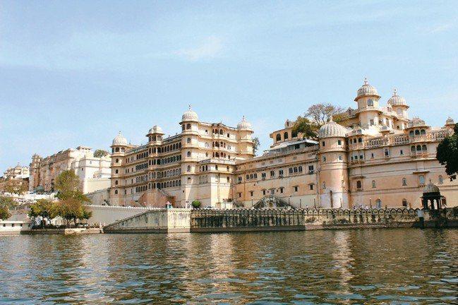 倚湖聳立的烏代浦爾「城市宮殿」是整個拉賈斯坦規模最大的皇室建築群。