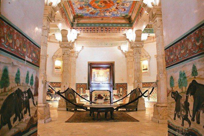 「島之宮殿」的一部分闢為小型展覽館,解說皇室歷史的來龍去脈。