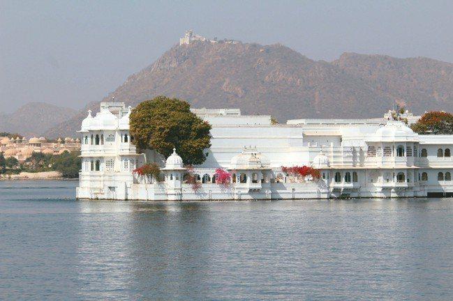 通身雪白的「湖之宮殿」,是烏代浦爾的勝景之一,如今隸屬Taj旅館集團旗下。