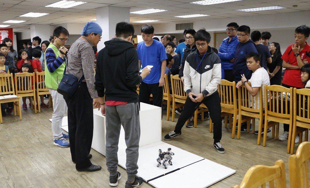 虎尾科技大學前年智慧型機器人大賽其中一組競賽現況。 虎尾科大/提供