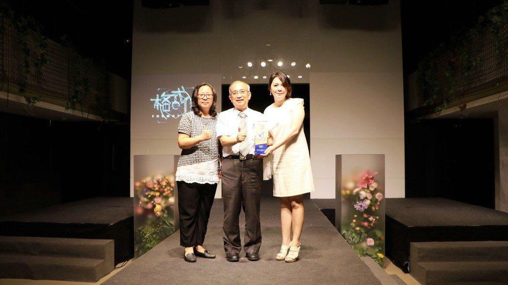 校長頒發青春設計節場地設計獎給謝斐敦院長和林雅齡主任。 崑山科大/提供