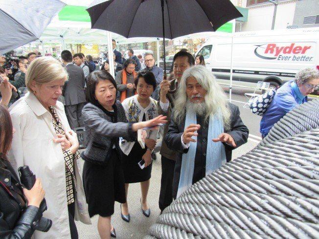 康木翔(前右一)向徐儷文(左三)與Barbara Blair(左一)介紹作品「雙...