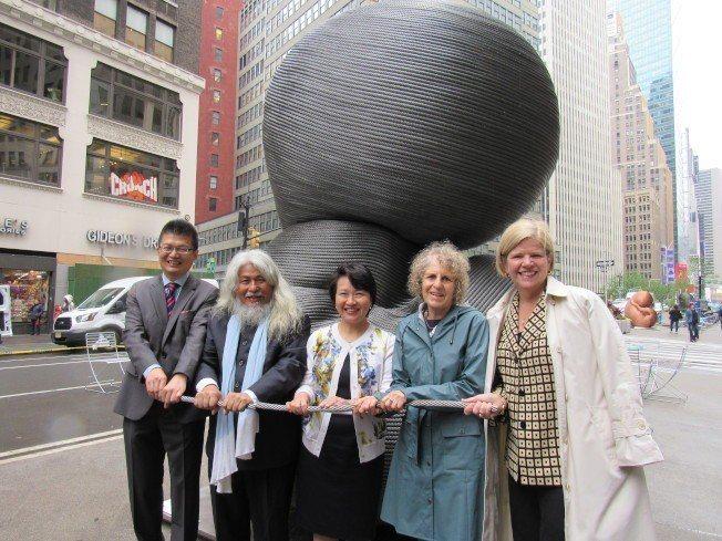 康木翔的新作「雙生」為全球首展。由左至右為周德宇、康木祥、徐儷文、市交通局助理局...