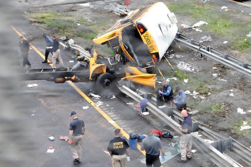 美國紐澤西州一輛校車17日在奧列弗山市(Mount Olive)80號公路,與一...