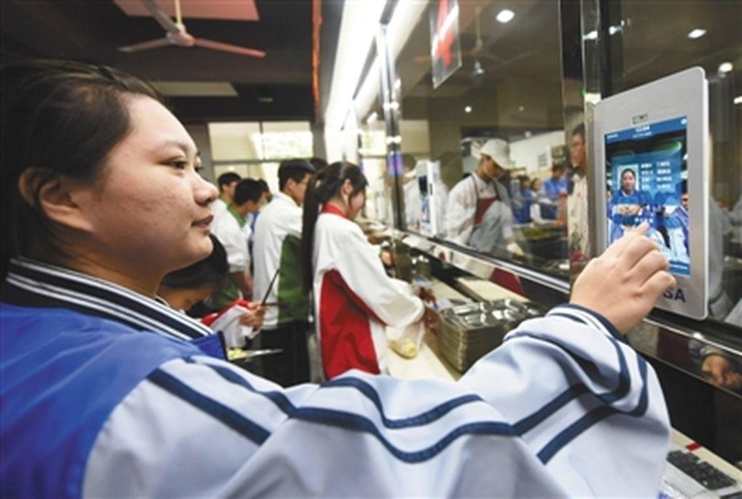 杭州第11中學學生在食堂窗口的平板電腦上進行人臉識別,「刷臉」吃飯。(取材自新京...