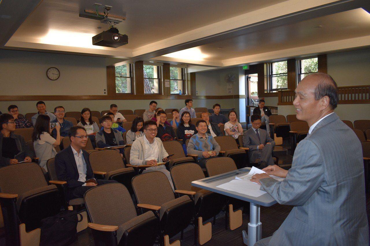 羅林泉應邀就美中關係發展向史丹福大學中國留學生發表演說。 世界日報記者黃少華/攝...