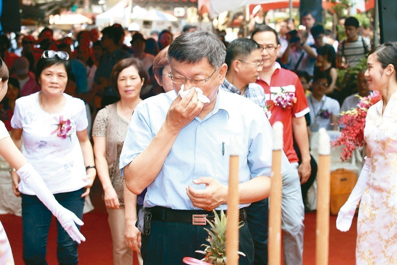 台北市長柯文哲上午出席斯文里三期公辦都更動工典禮,致詞時一度哽咽,他當下用「感情...