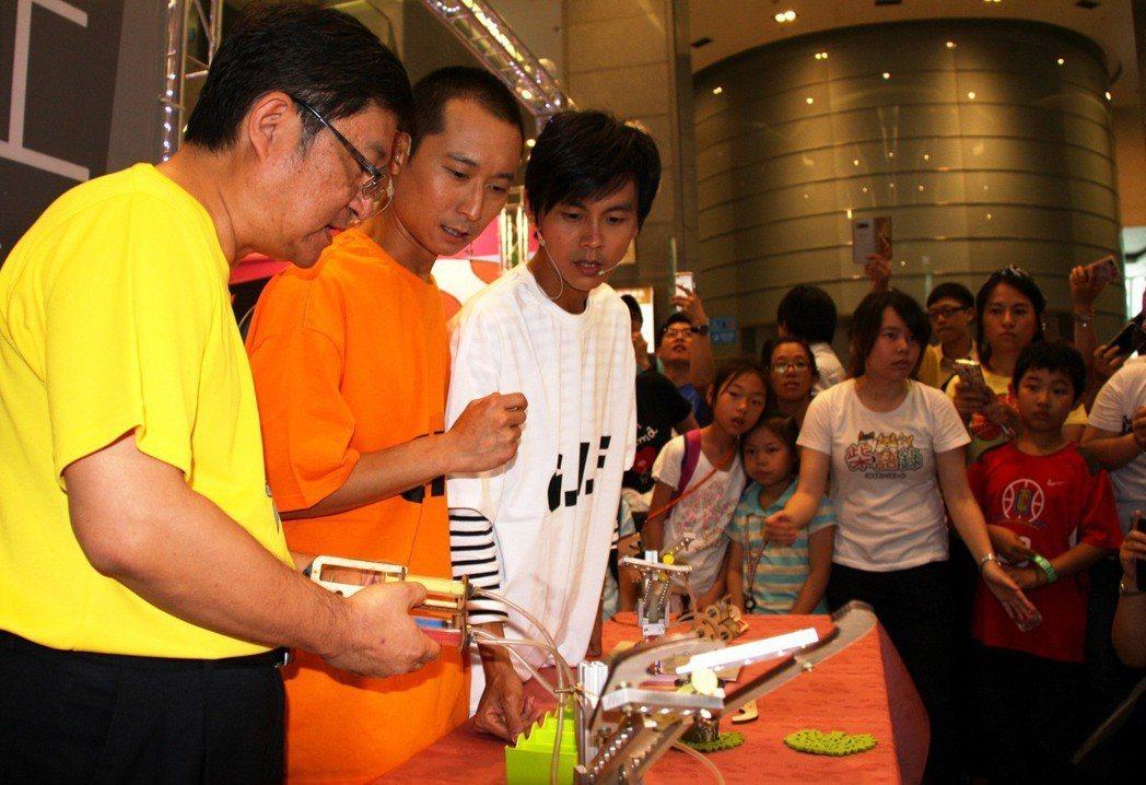 藝人「浩角翔起」浩子(左2)、阿翔(左3)18日在新北市府挑戰職業試探課程,吸引...