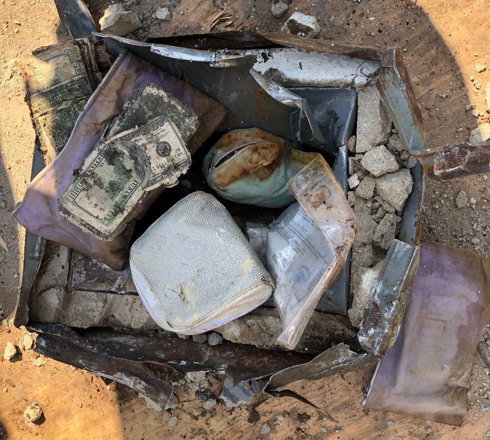 美國一對夫婦在自家後院挖到一個保險箱,內有鑲鑽石的黃金戒指和玉戒,以及百元美鈔。...
