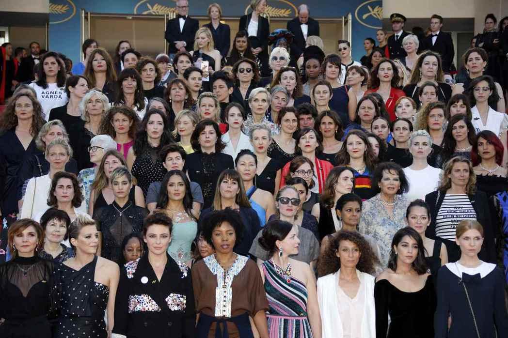 評審團主席凱特布蘭琪與82位電影從業女性在主競賽片《太陽之女》世界首映前「佔領」紅地毯。 圖/路透社