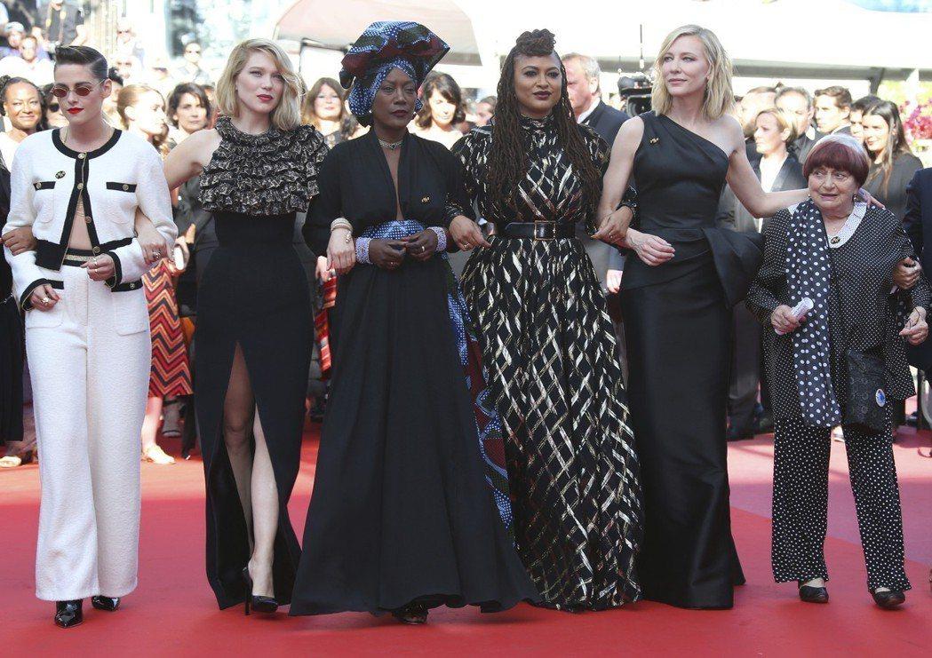 (左起)美國演員克莉絲汀史都華,法國演員蕾雅瑟杜,蒲隆地歌手卡嘉寧,非裔美國導演阿娃杜威內,評審團主席凱特布蘭琪,及法國新浪潮祖奶奶安妮華達齊為女影人權益發聲。 圖/美聯社