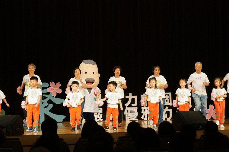 揚生六O館會員與幼兒園開場表演,活絡現場氣氛。 圖片來源:揚生慈善基金會
