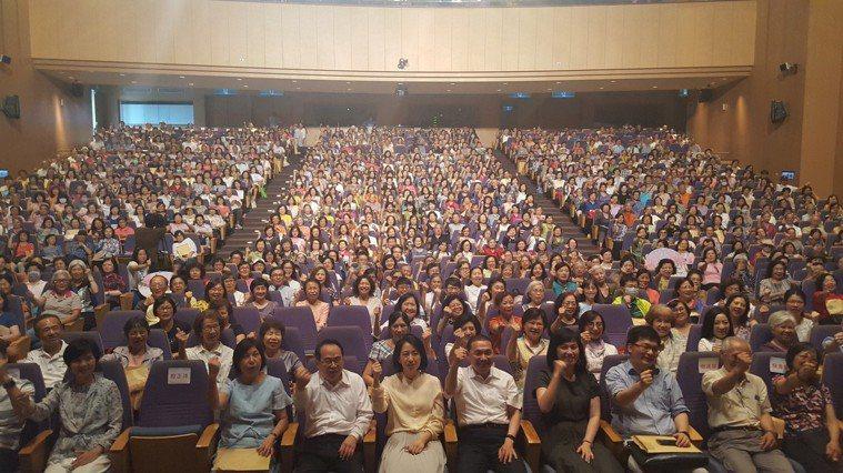 17日春聚活動,現場氣氛熱烈,吸引820多人前來聆聽,座無虛席。 圖片來源:揚生...