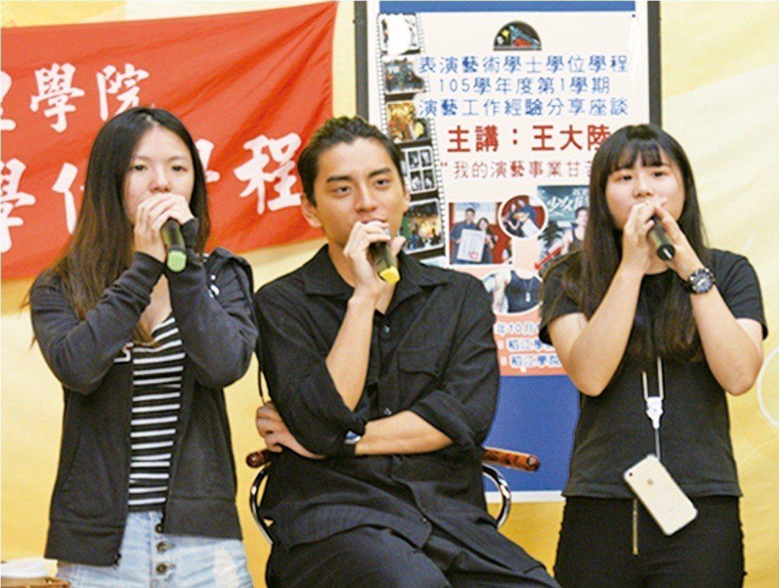 王大陸(中)是稻江表演藝術學系明星學生。圖/稻江科技暨管理學院提供