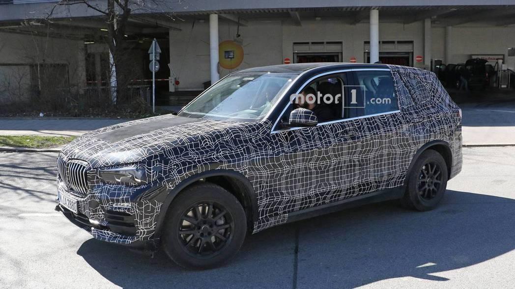 圖為新世代BMW X5偽裝測試車。 摘自Motor 1