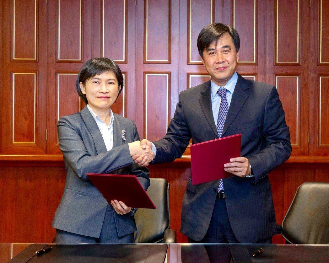 中國人壽總經理黃淑芬(左)與安聯人壽總經理林順才代表雙方於18日完成保單移轉。 ...