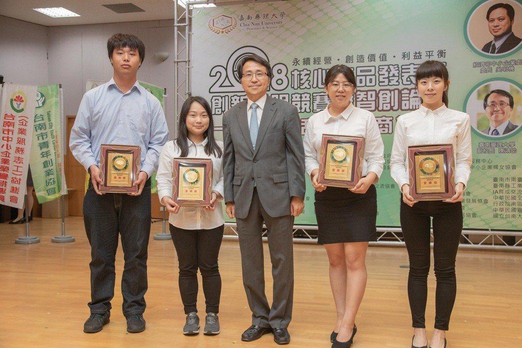 嘉藥副校長陳鴻助(左三)與獲得金牌獎代表合影。 嘉藥/提供