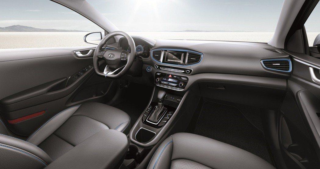 Ioniq Hybrid中控螢幕整合影音娛樂及倒車顯影功能,置物區提供無線充電系...