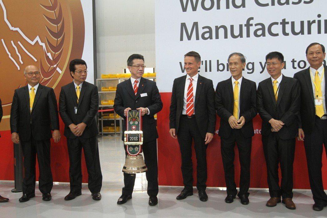 百超國際集團營運長Johan Elster也帶來象徵瑞士傳統文化的牛鈴,贈予台灣...