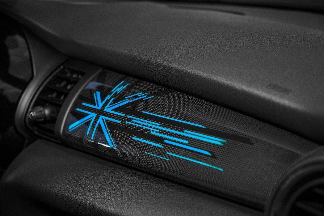 MINI Yours內裝飾板Piano Black含Union Jack英國旗式樣LED透光面板。 圖/汎德提供