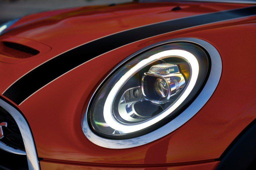 全新環形LED日行燈採用MINI經典圓形設計語彙。 圖/汎德提供