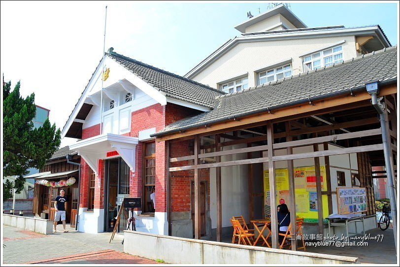 ↑舊二崙派出所的由中央磚造建築與兩側木構建築組成。