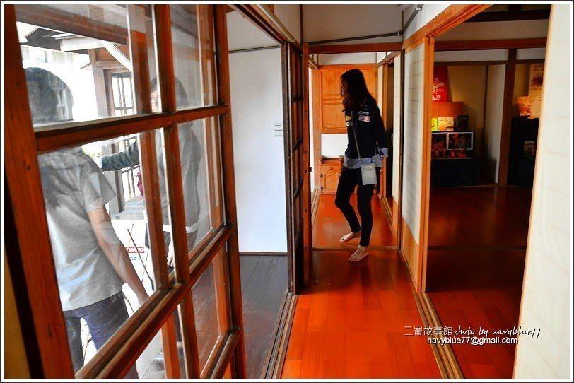 ↑雖然木構建築不大,仍有一條簷下長廊。