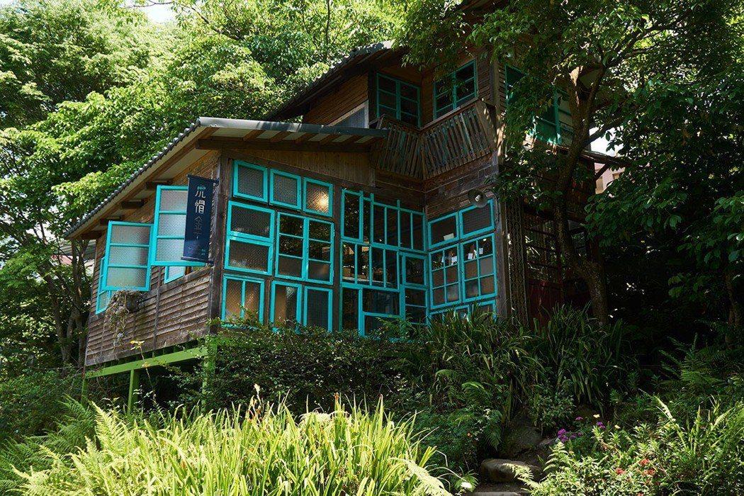 虎帽金工是利用老屋窗框重新搭建的兩層樓木屋。