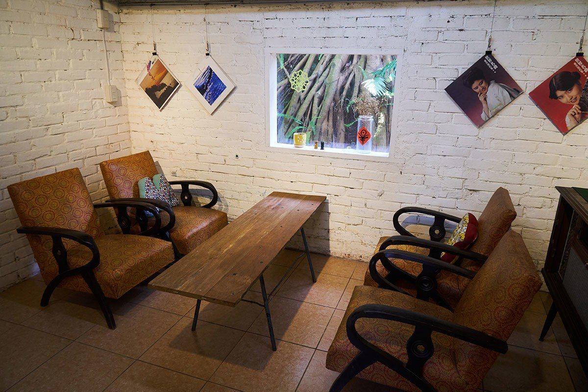 土旺書屋內保留早期使用的復古桌椅和唱盤機。