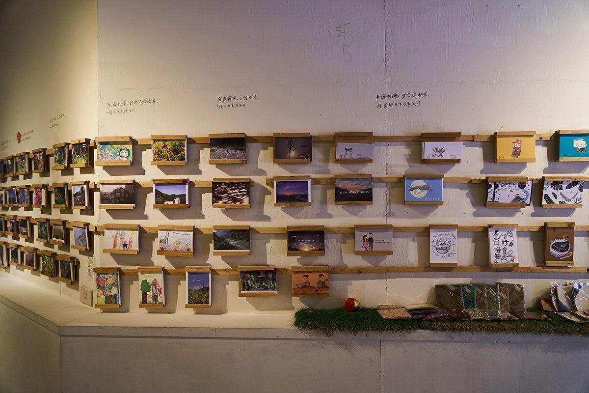 好客好品外部展售區有各種在地風景與手繪明信片。