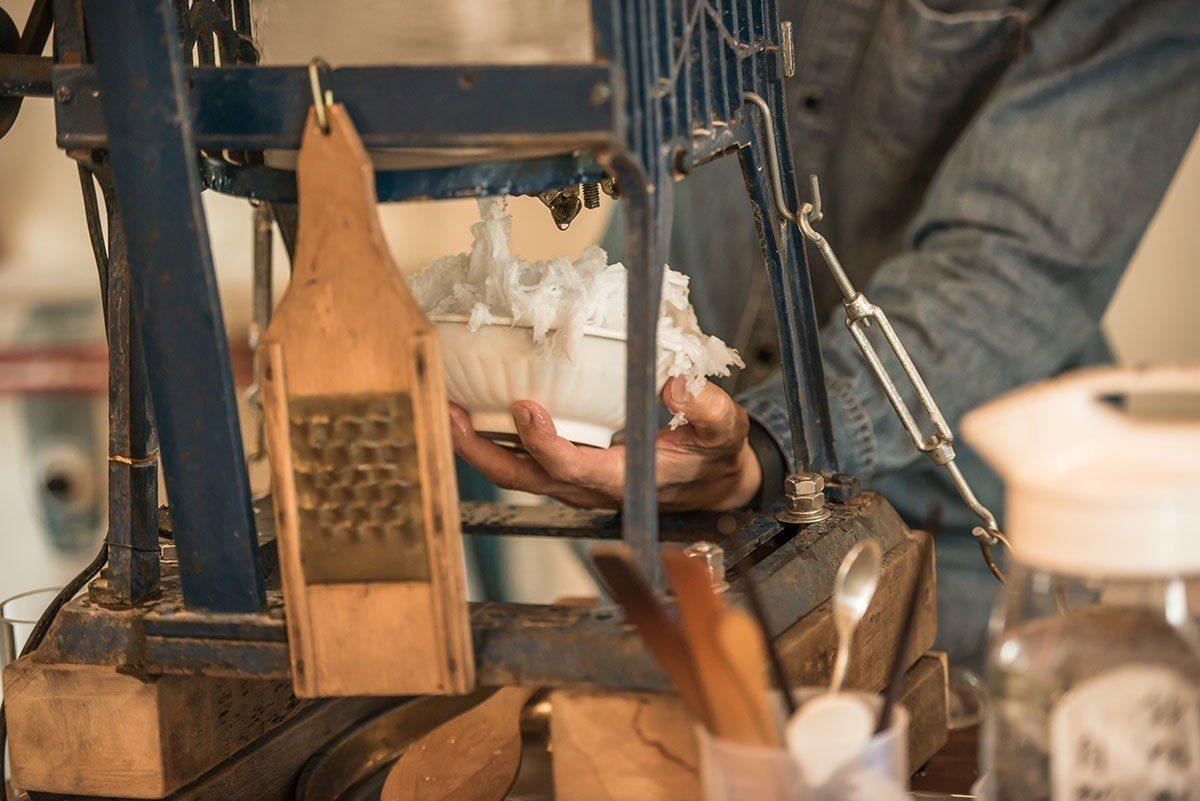 店內古董刨冰機依舊勤奮地工作著。