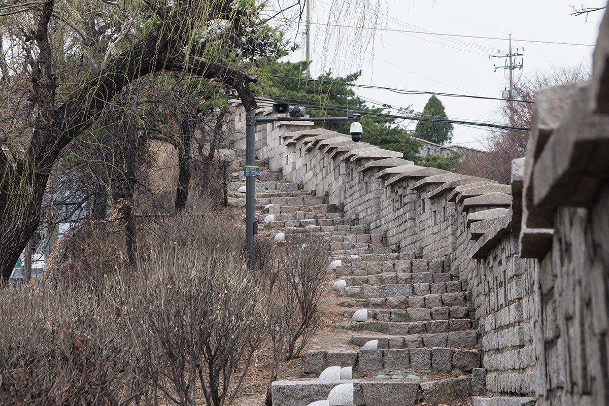 緩緩爬上階梯就能看到首爾市景。