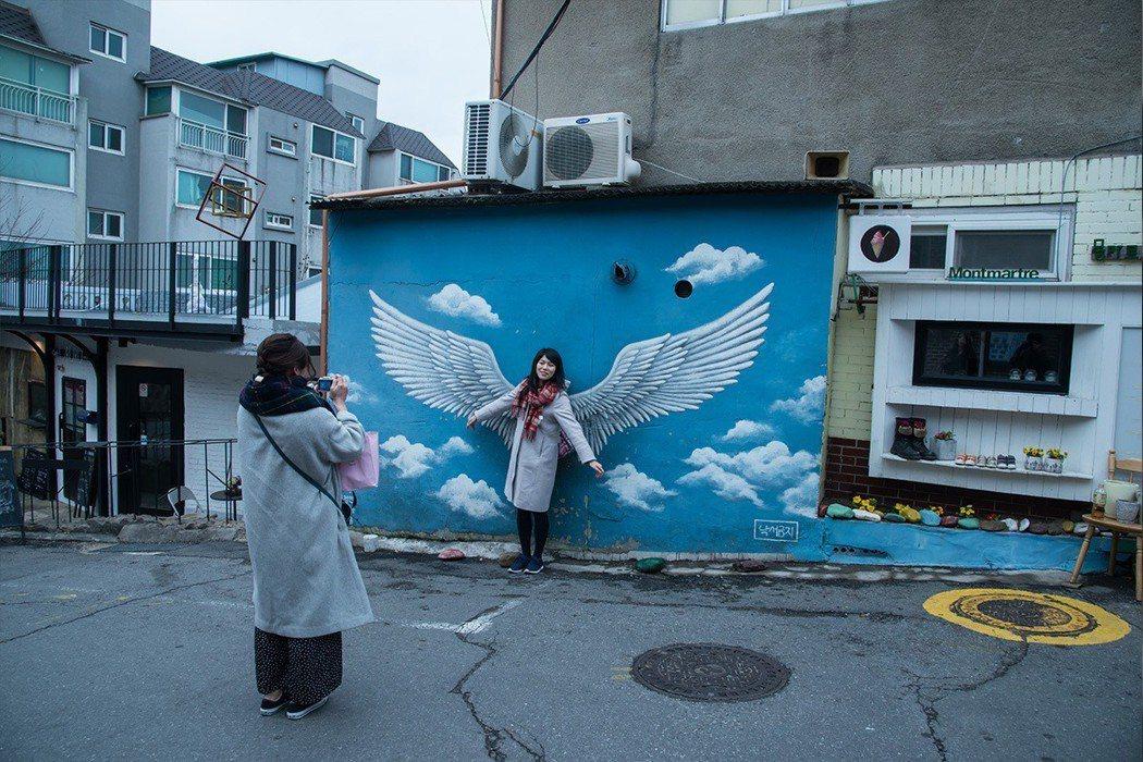 藍天下的大翅膀超人氣,假日時還要排隊才能拍照。