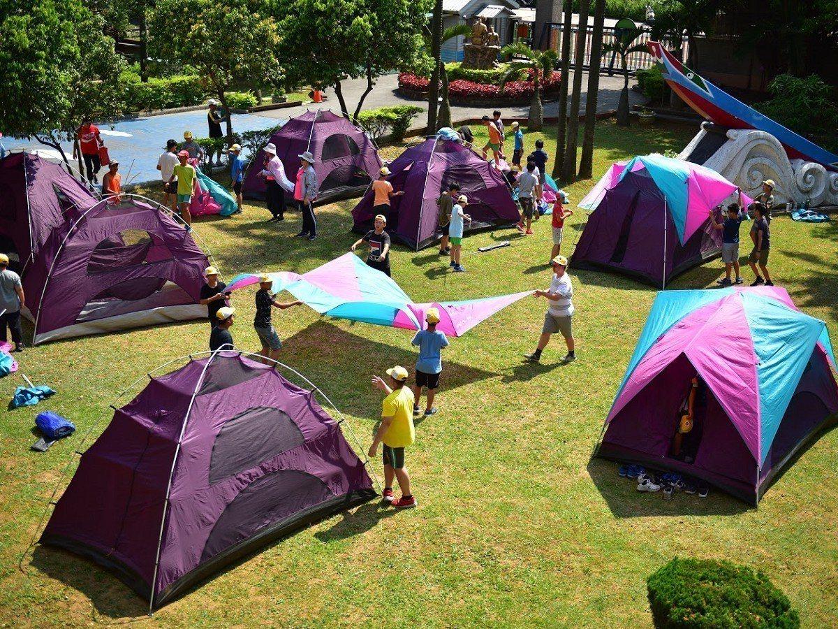在學校住一晚,對於所有畢業生而言,是相當難得,學生透過搭帳篷體驗,還有晚上會安排...