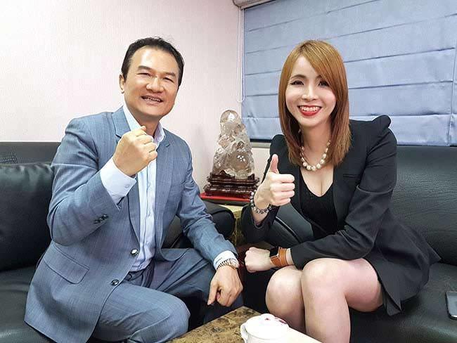 理財周刊發行人洪寶山(左)、 織田紀香(右)