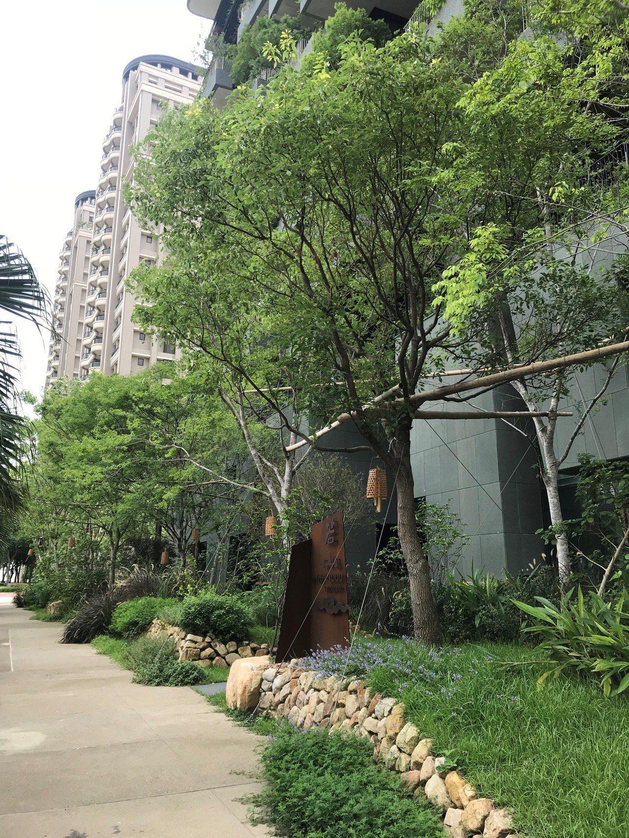 半畝塘「若山II」在新竹高鐵站區的豪宅聚落中,顯得特別綠意盎然。 記者李珣瑛/攝...
