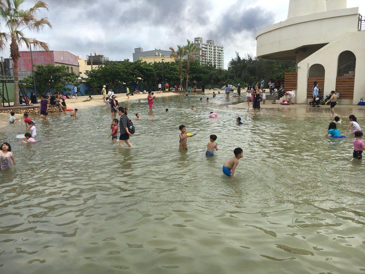 新竹市南寮漁港旅客服務中心前親子沙灘戲水區,目前仍在試營運階段,周末六日開放,已...