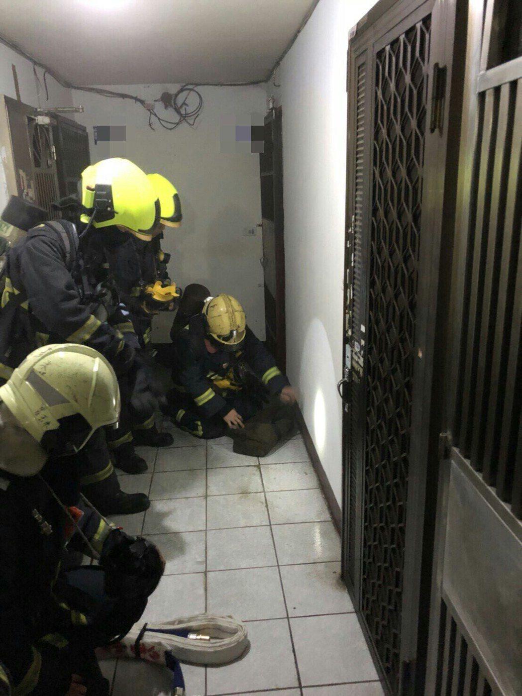 台中市北區某公寓今天凌晨1時許傳出火警,八旬吳姓老翁被警消尋獲時,已無生命跡象,...