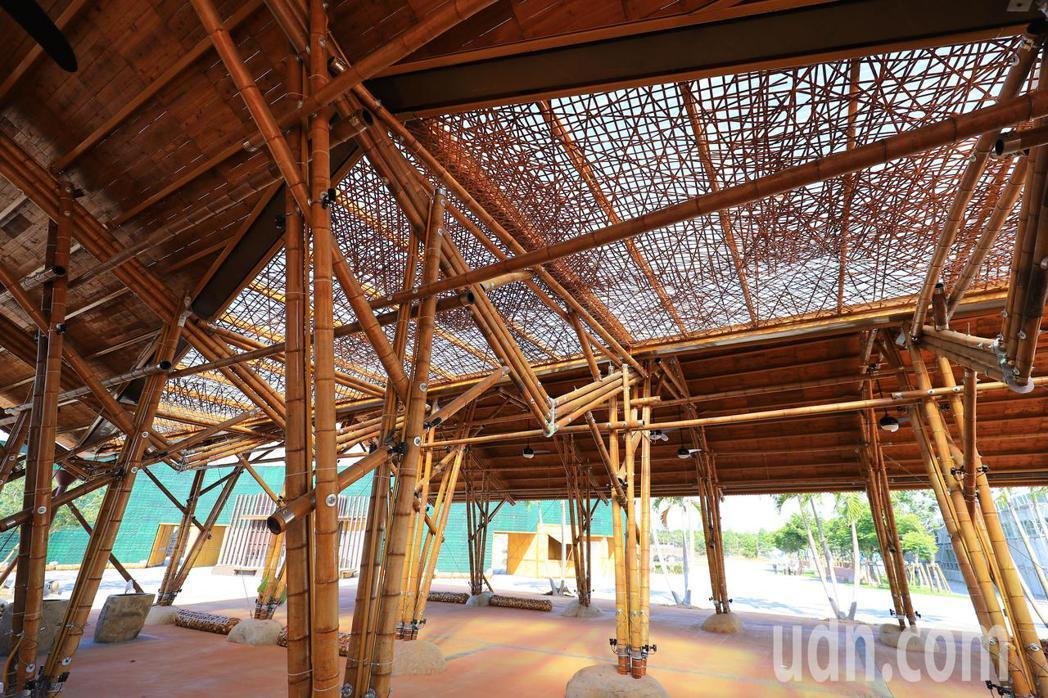台中花博外埔園區的「輕食竹棚」,全用竹子打造,呈現傳統竹藝工法。記者余采瀅/攝影