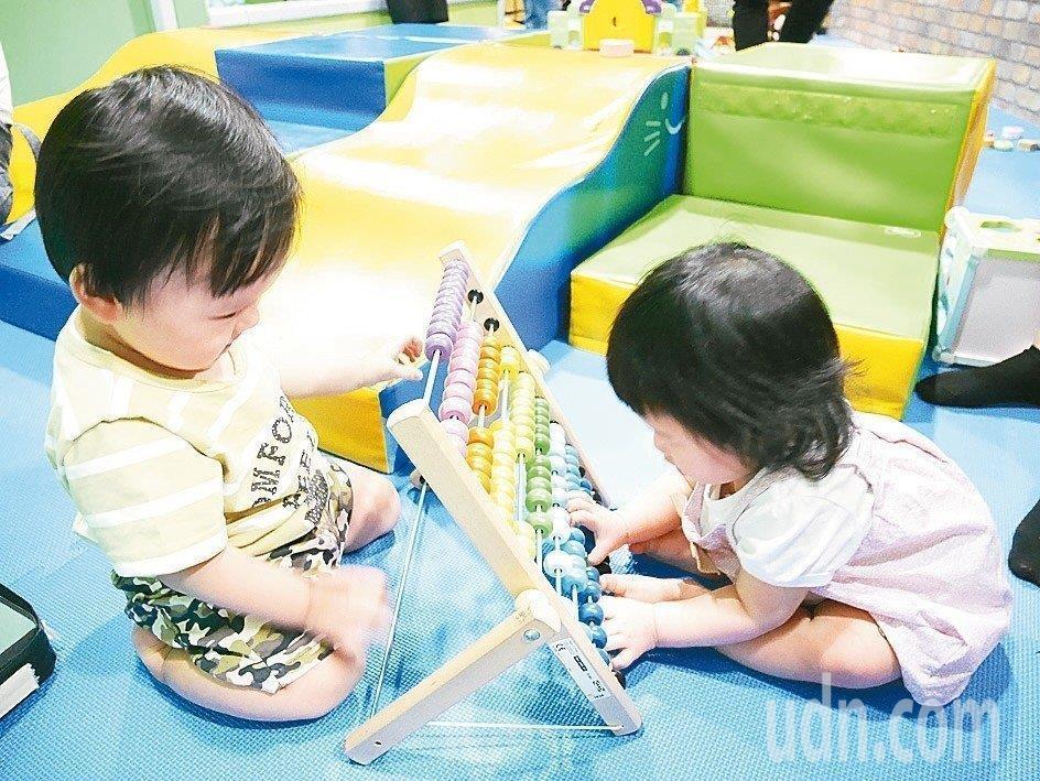 不少家長擔心孩子無幼兒園可就讀,只好到處報名幼兒園。記者陳靖宜/攝影