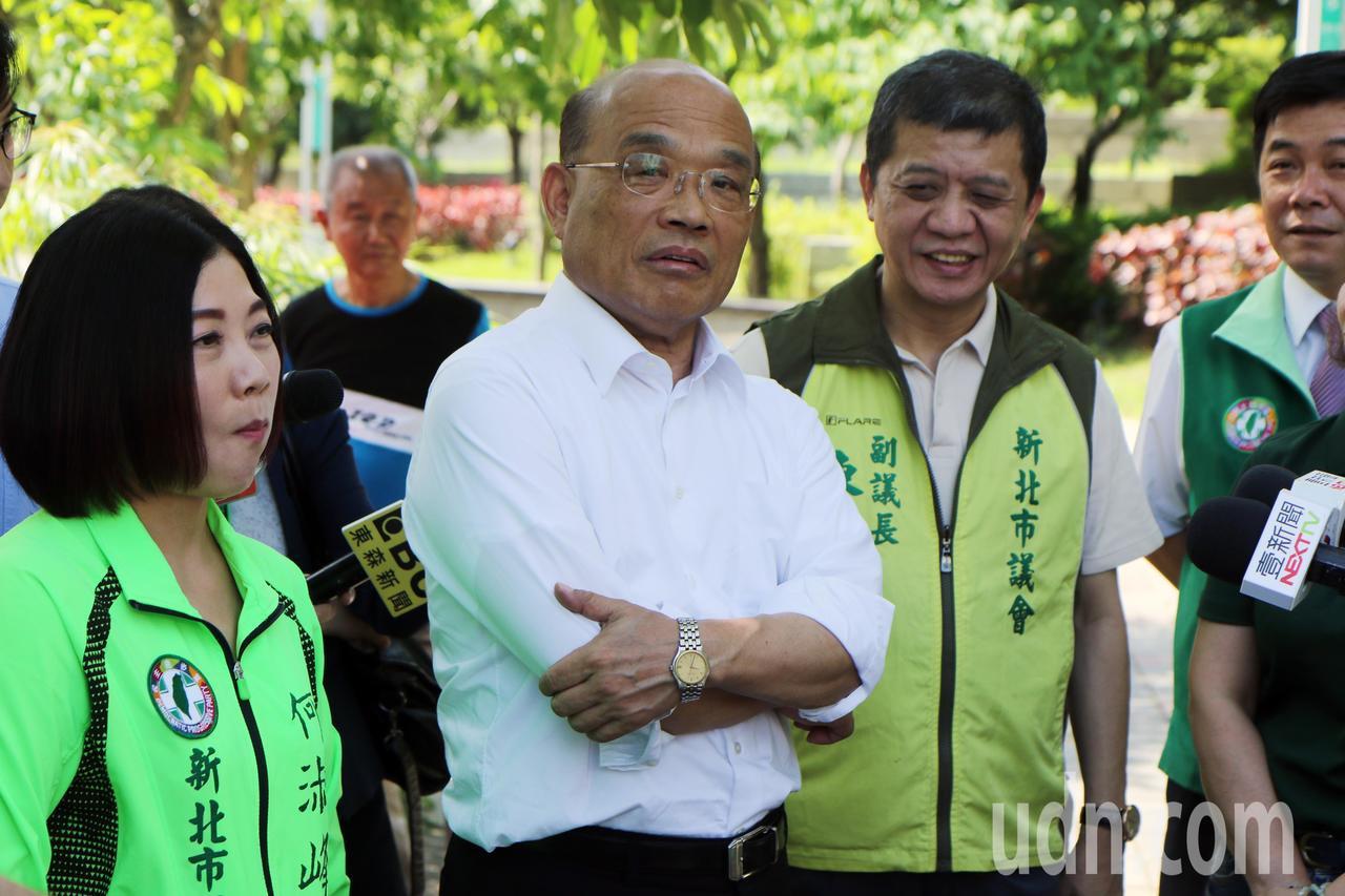 民進黨新北市長參選人蘇貞昌(中)指出,他也會騎摩托車,機車族都是很辛苦的朋友,「...