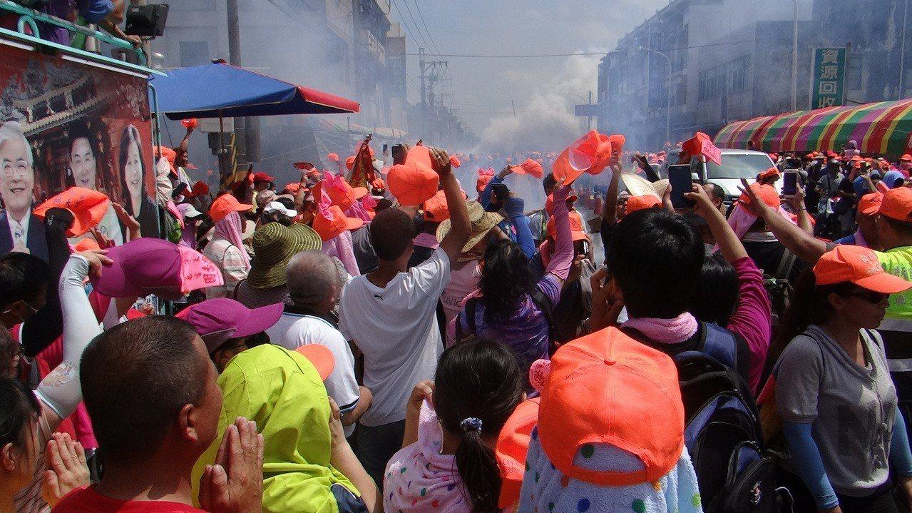 白沙屯萬人進香團以33小時完成200公里急行軍,一進入北港萬民歡呼為自己刷新紀錄...