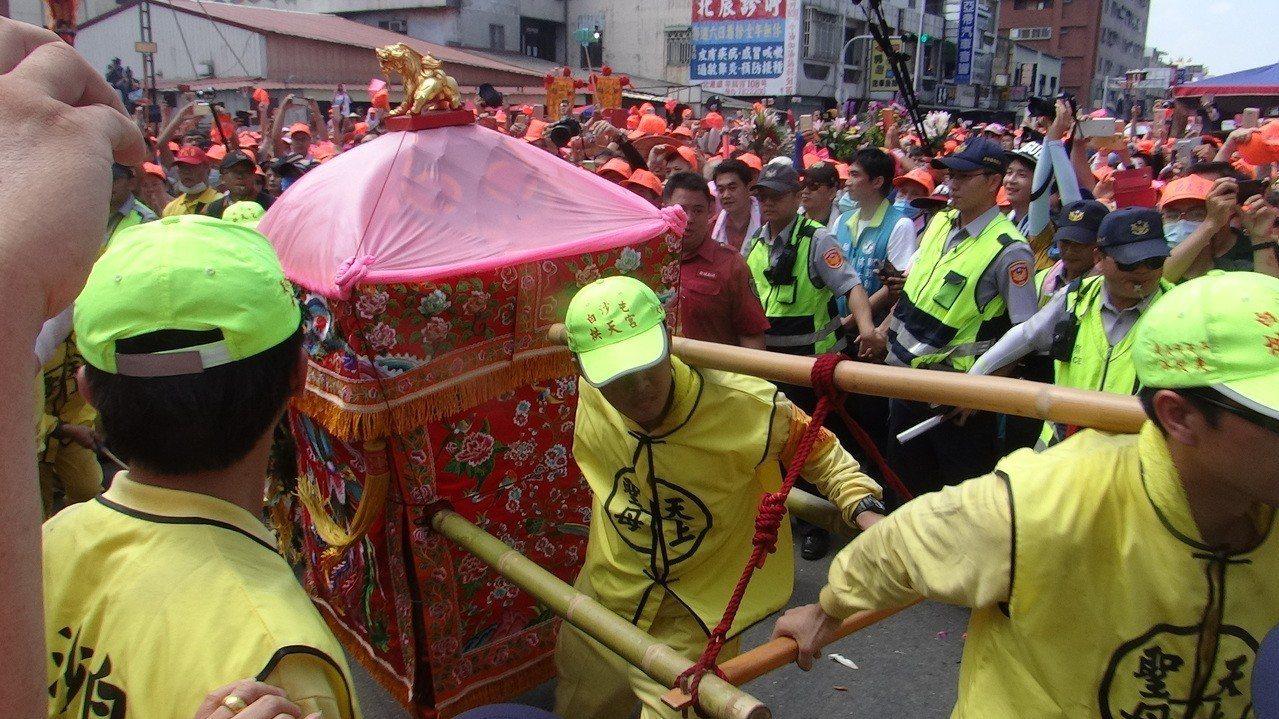 白沙屯媽祖神轎抵達北港第一站的北辰派出所駐駕,受到萬民熱情迎駕。記者蔡維斌/攝影